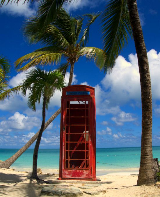 Cabine téléphonique plage antigua