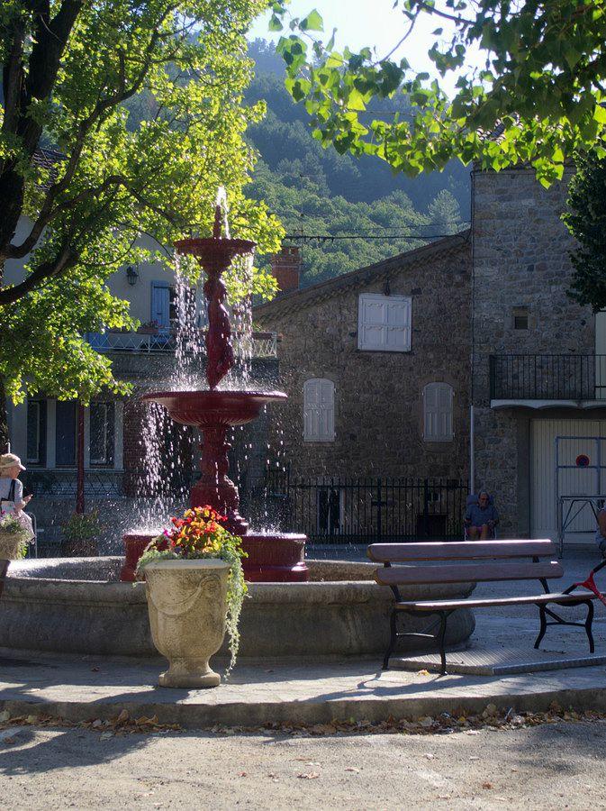 Fontaine sur la place centrale Antraigues sur Volane