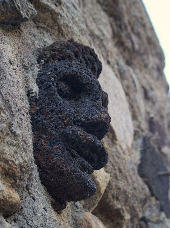 100 têtes sculptées à Antraigues sur Volane