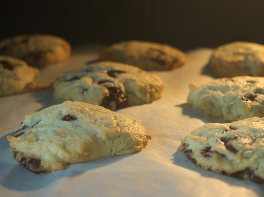 Cookies chocolat / citron confit au four en cours de cuisson