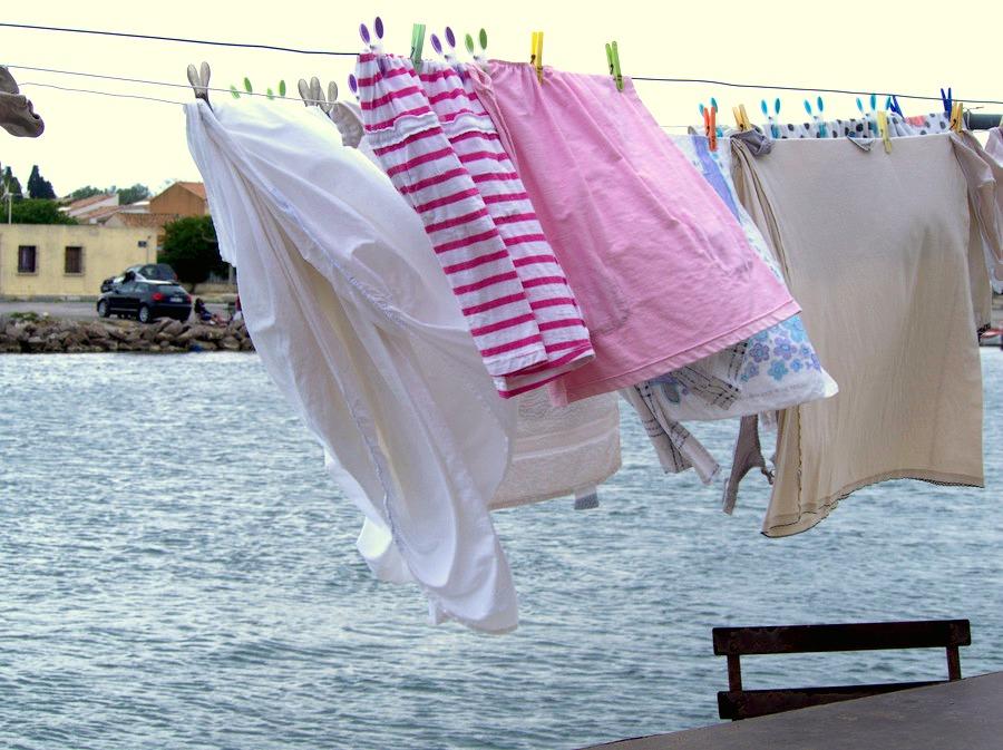 Linge au vent dans les rues de la Pointe courte à Sète