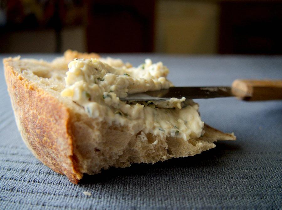 Tartines de fromage végétal au chanvre