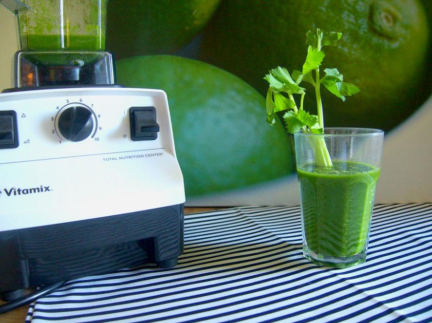 Jus vert Céleri branche, pommes, chou kale, épinards et herbe de blé en poudre