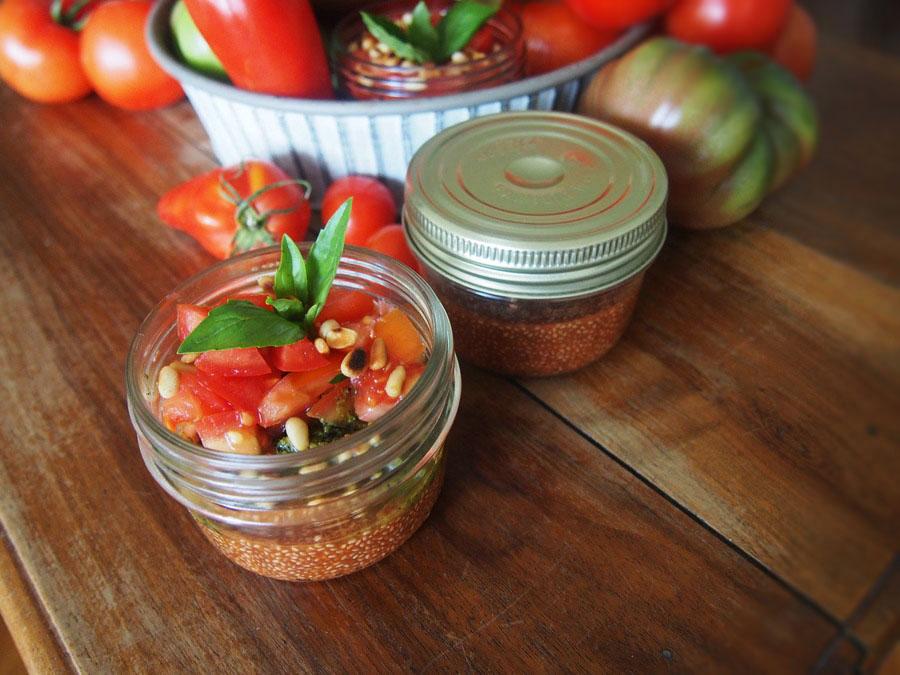 Pudding de graines de chia blanches à la tomate - basilic
