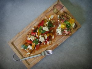 Batch Cooking #1 – Poivrons rôtis, Feta vegan en salade et Tartine gourmande Tomates-Basilic