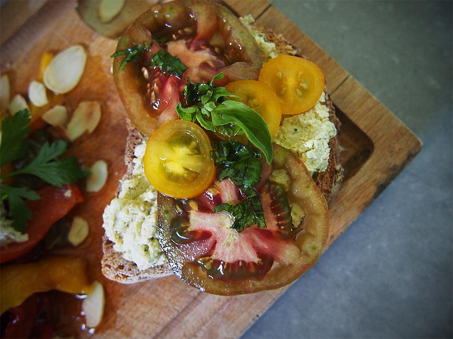 Tartines de tomates, confit au basilic et fromage frais vegan